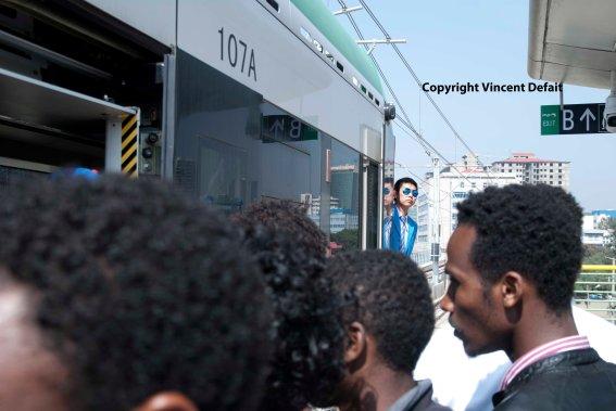 Ethiopie, sept. 2015 - Le tramway d'Addis-Abeba, financé à 85% par la banque chinoise Exim et construit par l'entreprise chinoise CREC, est partiellement entré en fonction le 20 septembre 2015.